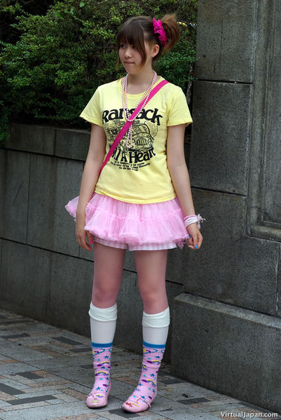 http://www.japanforum.com/gallery/data/2/medium/harajuku-fashion-11-17-07-06.jpg