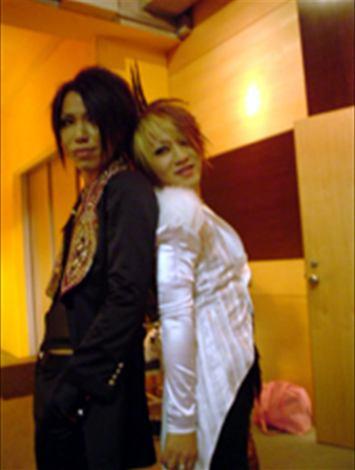 tampoco es un FanArt pero era necesario (?) :D The_Gazette_backstage_Ruki_Aoi